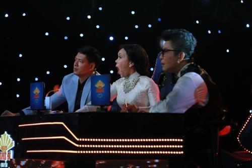 """Việt Hương bật khóc trước tiết mục """"bất chấp tính mạng"""" - 3"""