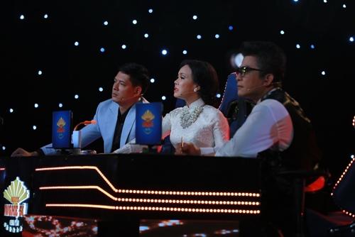 """Việt Hương bật khóc trước tiết mục """"bất chấp tính mạng"""" - 4"""