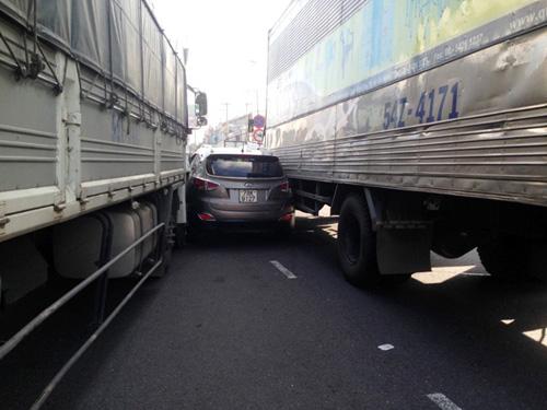"""Ô tô 4 chỗ bị 2 xe tải """"ép giò"""", nhiều người gào khóc - 1"""