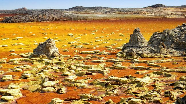 Vùng lòng chảo Danakil ở Ethiopia là nơi nóng nhất trên trái đất, với những dòng suối lưu huỳnh đáng sợ. Đây cũng là nơi các nhà sinh vật học vũ trụ đang nghiên cứu để tìm hiểu liệu sinh vật ngoài hành tinh có thể tồn tại trong những điều kiện khắc nghiệt như vậy.