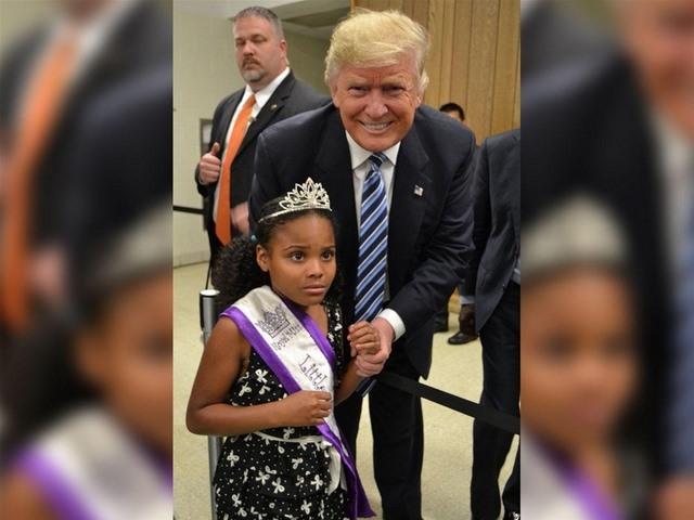 Bé gái hoảng hốt giãy nảy khi bị Trump cố thơm má - 3