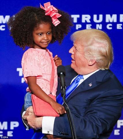 Bé gái hoảng hốt giãy nảy khi bị Trump cố thơm má - 2