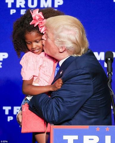 Bé gái hoảng hốt giãy nảy khi bị Trump cố thơm má - 1