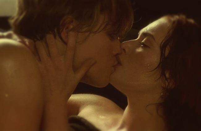 Nụ hôn lãng mạn của Jack (Leonardo DiCaprio) và Rose (Kate Winslet) trong chiếc Packard Limousine được xếp vào danh sách những cảnh hôn đẹp nhất trên xe hơi. Ngoài cảnh hôn trên mũi tàu, đây là cảnh quay lãng mạn và nghệ thuật nhất trong Titanic.