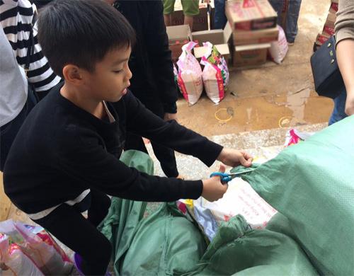 Xúc động con trai 6 tuổi của Hà Hồ giúp bà con vùng lũ - 1