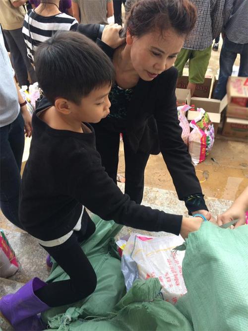 Xúc động con trai 6 tuổi của Hà Hồ giúp bà con vùng lũ - 2