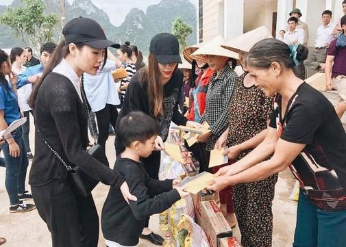 Xúc động con trai 6 tuổi của Hà Hồ giúp bà con vùng lũ - 4