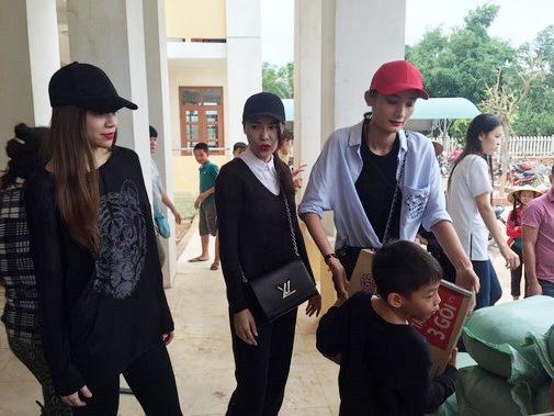 Xúc động con trai 6 tuổi của Hà Hồ giúp bà con vùng lũ - 3