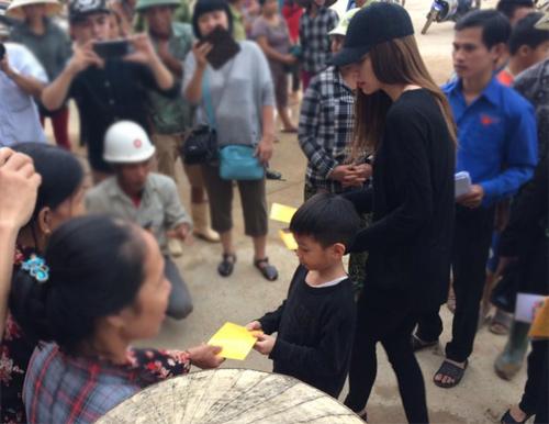 Xúc động con trai 6 tuổi của Hà Hồ giúp bà con vùng lũ - 5