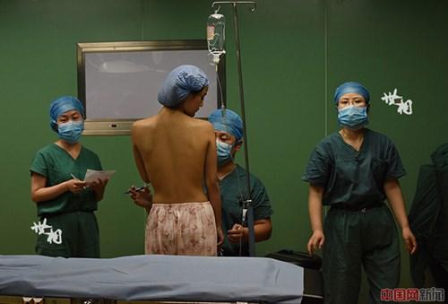 Chị em Trung Quốc đua nhau khoe hình ảnh nâng ngực - 8