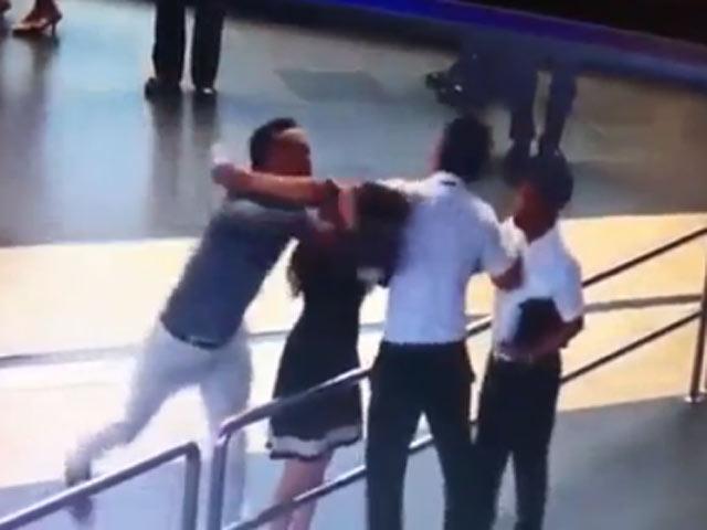 Clip vụ hành khách đánh nhân viên hàng không ở Nội Bài