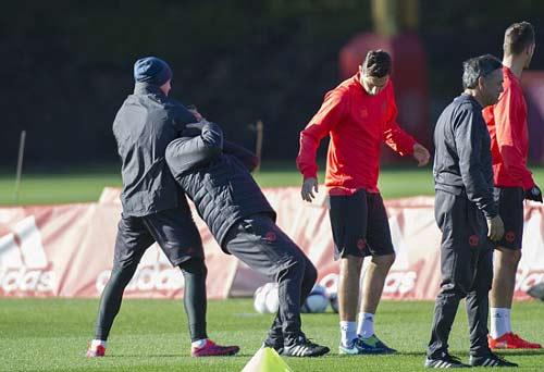 "MU: Mourinho ""nắn gân"" Pogba, Ibrahimovic - 1"