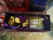 Thị trường - Tiêu dùng - Qùa tặng 20/10: Hoa hồng dát vàng giá bình dân liên tục cháy hàng