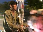 Bạn trẻ - Cuộc sống - Xúc động với bó hoa 10.000 của người đàn ông mua tặng vợ