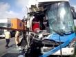 Đâm cực mạnh container, đầu xe khách 45 chỗ nát nét