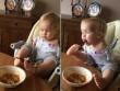 Em bé không tay tập ăn bằng chân khiến triệu người xúc động