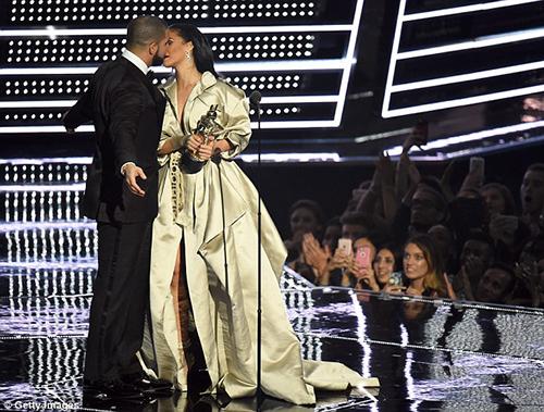Hậu chia tay bạn trai, Rihanna ngày càng nóng bỏng - 2