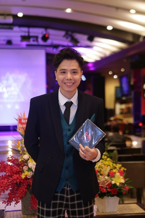 Ca sĩ Việt Nam đầu tiên ra mắt album bằng USB - 1