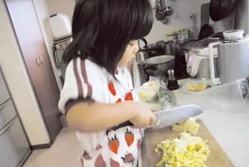 Cảm động lý do mẹ bắt bé gái 4 tuổi nấu cơm, rửa bát - 1