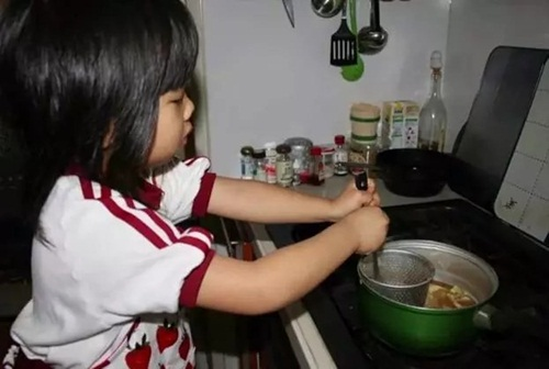 Cảm động lý do mẹ bắt bé gái 4 tuổi nấu cơm, rửa bát - 2