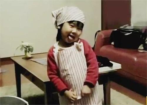 Cảm động lý do mẹ bắt bé gái 4 tuổi nấu cơm, rửa bát - 6
