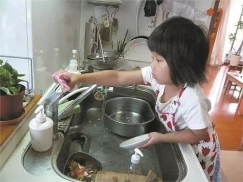 Cảm động lý do mẹ bắt bé gái 4 tuổi nấu cơm, rửa bát - 10