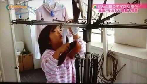 Cảm động lý do mẹ bắt bé gái 4 tuổi nấu cơm, rửa bát - 11