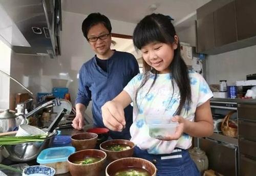 Cảm động lý do mẹ bắt bé gái 4 tuổi nấu cơm, rửa bát - 13