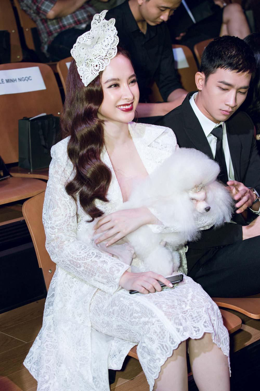 Angela Phương Trinh bế cún cưng đi xem thời trang - 2