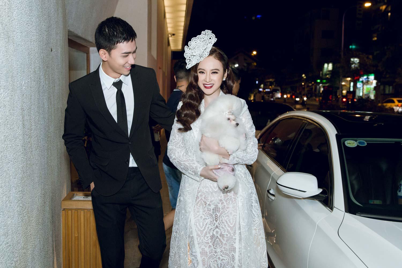 Angela Phương Trinh bế cún cưng đi xem thời trang - 1