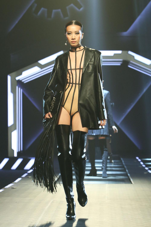Angela Phương Trinh bế cún cưng đi xem thời trang - 20
