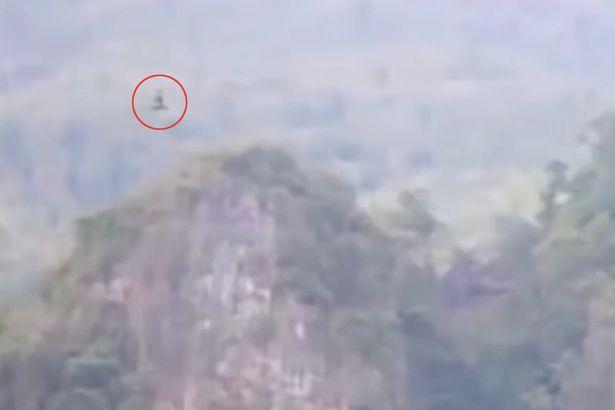 Phát hiện rồng khổng lồ bay trên núi ở Trung Quốc? - 2