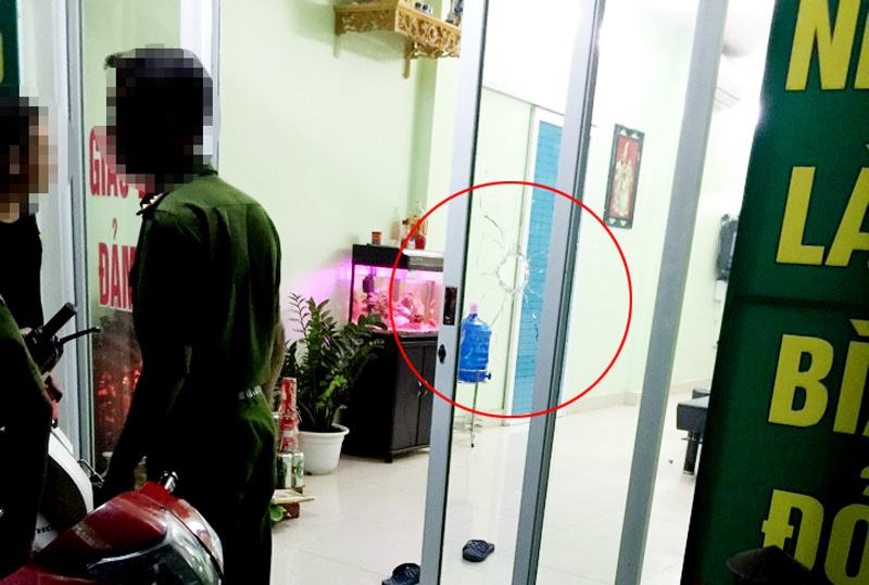 Hà Nội: Nổ súng bắn vỡ kính tiệm cầm đồ trong đêm - 1
