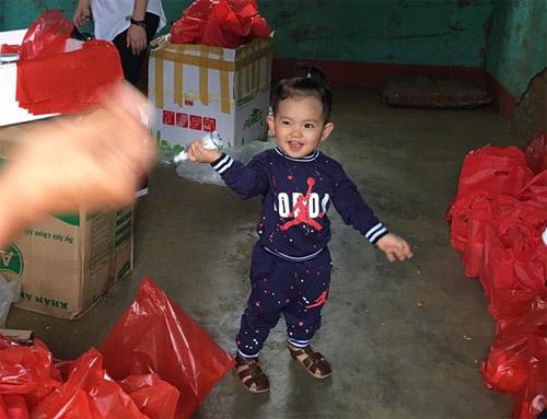 Con trai 1 tuổi rưỡi đồng hành cùng Khánh Thi tới tâm lũ - 2