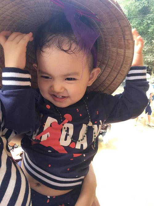 Con trai 1 tuổi rưỡi đồng hành cùng Khánh Thi tới tâm lũ - 4