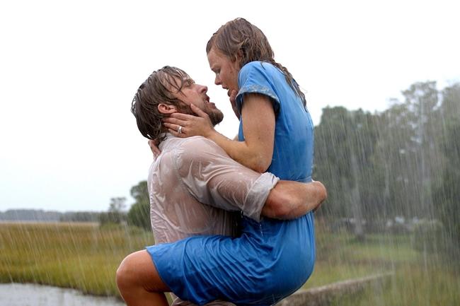 The Notebook được xếp vào danh sách những bộ phim tình cảm lãng mạn hay nhất mọi thời đại. Cảnh hôn dưới mưa của cặp đôi Rachel MacAdams và Ryan Gosling được coi là cảnh hôn đẹp nhất màn ảnh.
