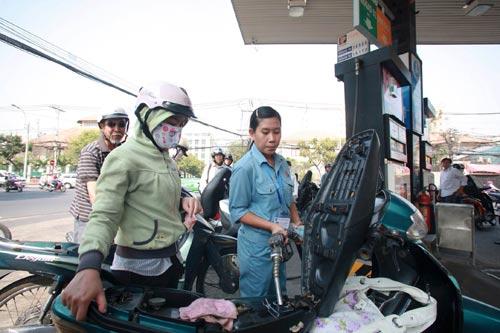 Giá xăng tăng nhẹ trong ngày Phụ nữ Việt Nam - 1