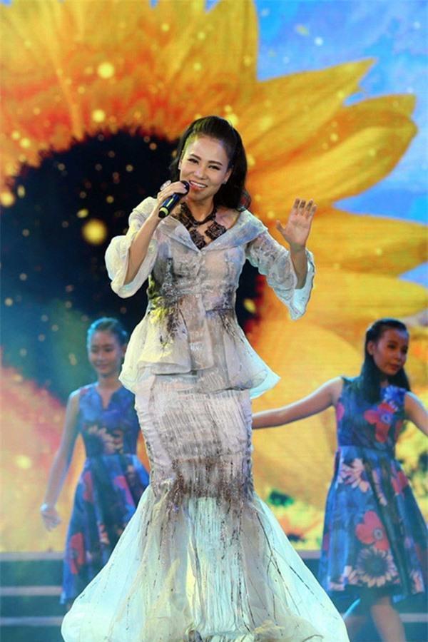 Loạt váy áo khiến gu đẳng cấp của Thu Minh đi xuống - 7