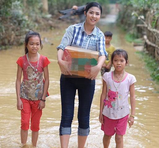 Hoa - á hậu Việt mặc giản dị mà rạng rỡ đi từ thiện - 3