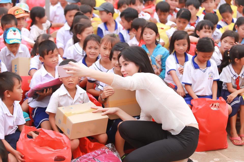 Hoa - á hậu Việt mặc giản dị mà rạng rỡ đi từ thiện - 7