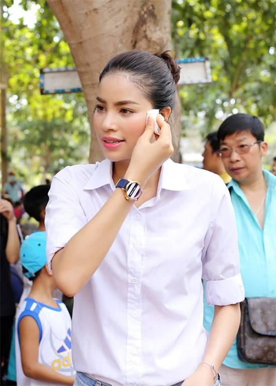 Hoa - á hậu Việt mặc giản dị mà rạng rỡ đi từ thiện - 11