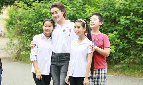 Hoa - á hậu Việt mặc giản dị mà rạng rỡ đi từ thiện - 13