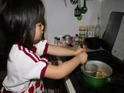Bạn trẻ - Cuộc sống - Cảm động lý do mẹ bắt bé gái 4 tuổi nấu cơm, rửa bát