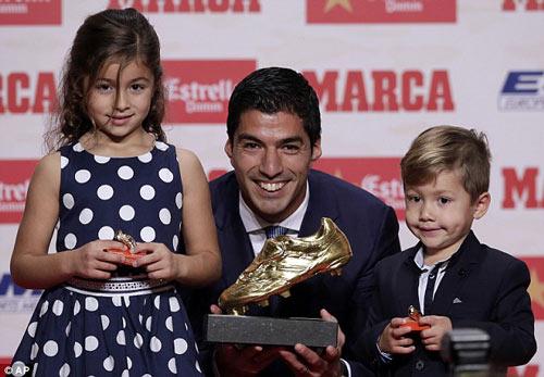 """Suarez nhận Giày vàng, """"kẻ thù"""" Evra chủ động làm hòa - 2"""