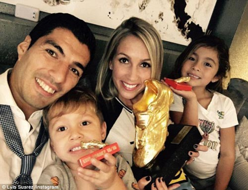 """Suarez nhận Giày vàng, """"kẻ thù"""" Evra chủ động làm hòa - 3"""