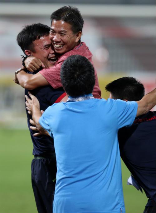 """Vào tứ kết châu Á, U19 Việt Nam ăn mừng như """"trẻ thơ"""" - 10"""