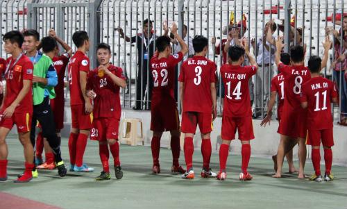 """Vào tứ kết châu Á, U19 Việt Nam ăn mừng như """"trẻ thơ"""" - 13"""