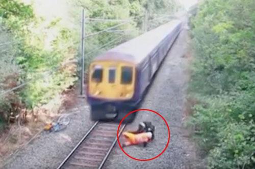 Thót tim công nhân đường sắt cứu người trước tàu hỏa - 1