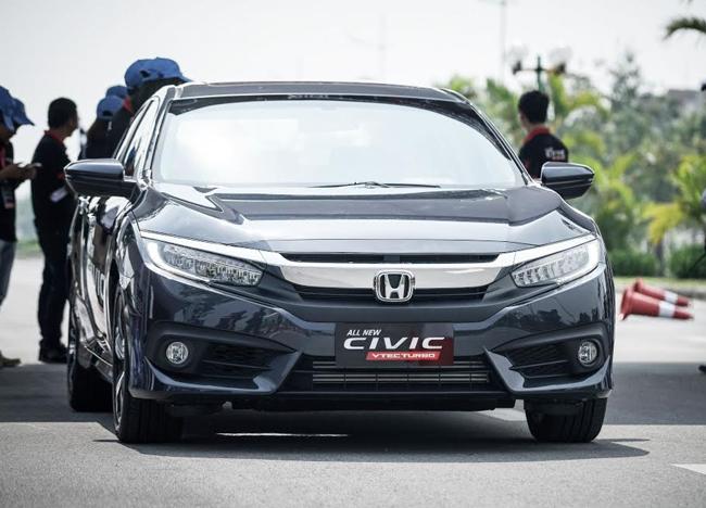 """Mặc dù mới đươc chính thức ra mắt khách hàng Việt Nam tại triển lãm Ô tô Việt Nam 2016 diễn ra vào đầu tháng 10 vừa qua, Honda Civic thế hệ mới đã thu hút sự chú ý lớn của khách tham quan và là một trong những mẫu xe """"hút khách"""" nhất tại triển lãm ô tô năm nay."""