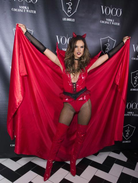 Tuyển tập váy áo Halloween hở táo bạo nhất của sao - 9